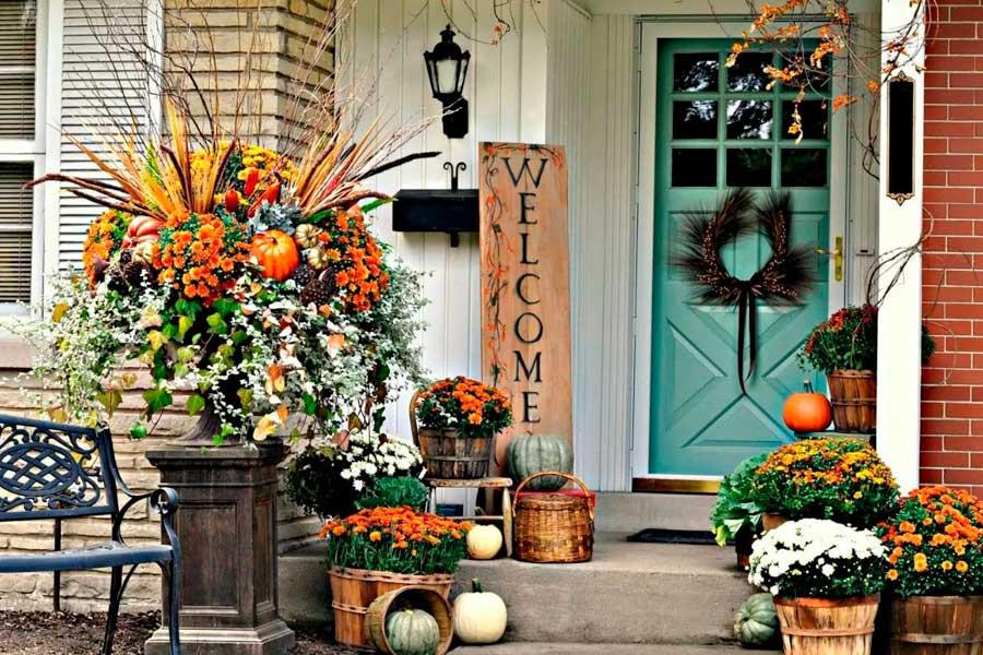Оформление входа в дом цветами