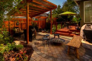 Придомовую территорию лучше выдержать в одном стиле с домом. Здесь простые советы и много фотографий примеров, как украсить двор возле дома.