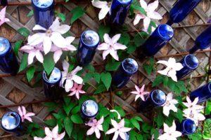 Синяя бутылка в дизайне сада